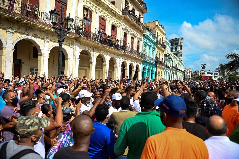 """Un grupo de varios cientos de manifestantes logró evadir el cordón policial y marchó en masa por el emblemático Paseo del Prado hacia el Malecón con los brazos en alto y gritando consignas como """"libertad"""", """"patria y vida"""" o """"dictadores"""", en referencia a los dirigentes del país."""