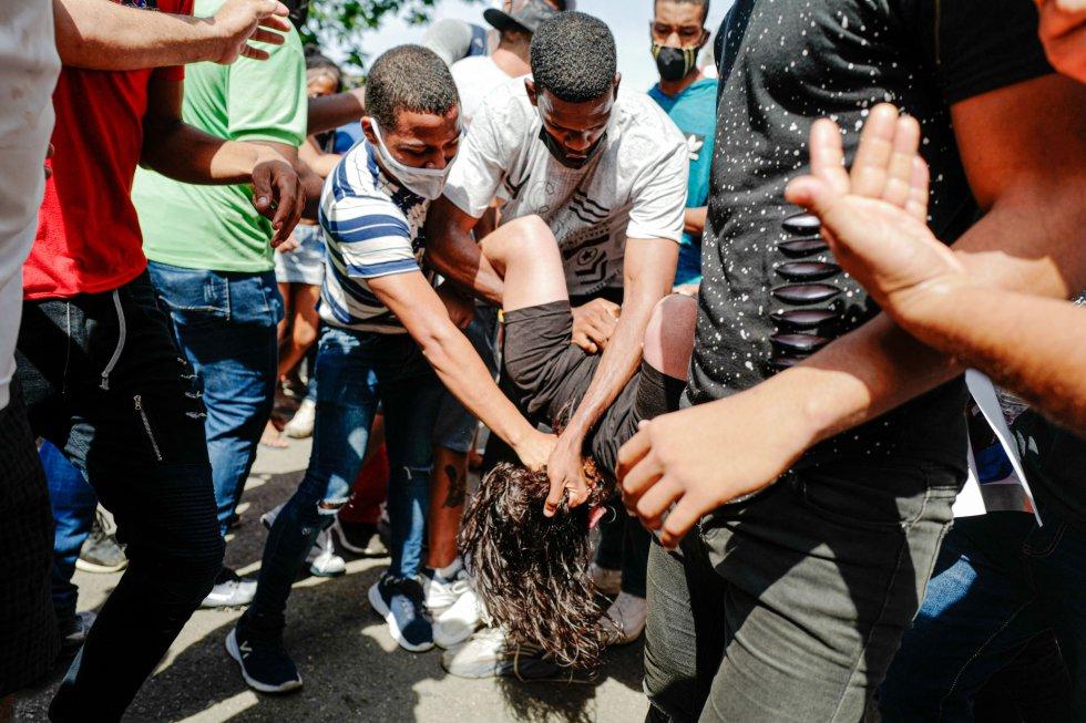 En las protestas protagonizadas este domingo por centenares de cubanos en las localidades de San Antonio de los Baños (Artemisa, oeste) y Palma Soriano (Santiago de Cuba, este) se han registrado actos de violencia policial, según denuncias de testigos presenciales.