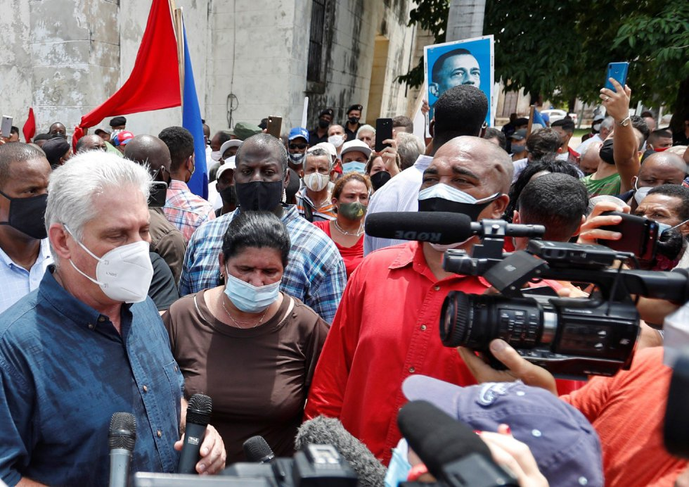 """El presidente de Cuba Miguel Díaz-Canel (i) da declaraciones en un parque del pueblo San Antonio de los Baños (Cuba). Díaz-Canel instó a sus partidarios a salir a las calles listos para el """"combate"""", como respuesta a las protestas pacíficas espontáneas surgidas este domingo contra su Gobierno en diferentes puntos del país."""
