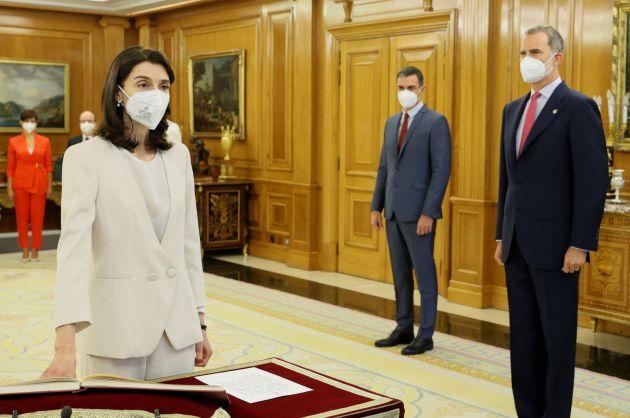 La nueva ministra de Justicia, Pilar Llop, que como titular de la cartera pasa a ocupar su lugar como Notaria Mayor del Reino, promete su cargo ante el rey Felipe VI.