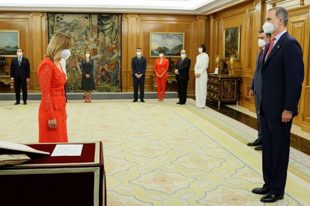La nueva ministra de Educación y Formación Profesional, Pilar Alegría, promete su cargo ante el rey.