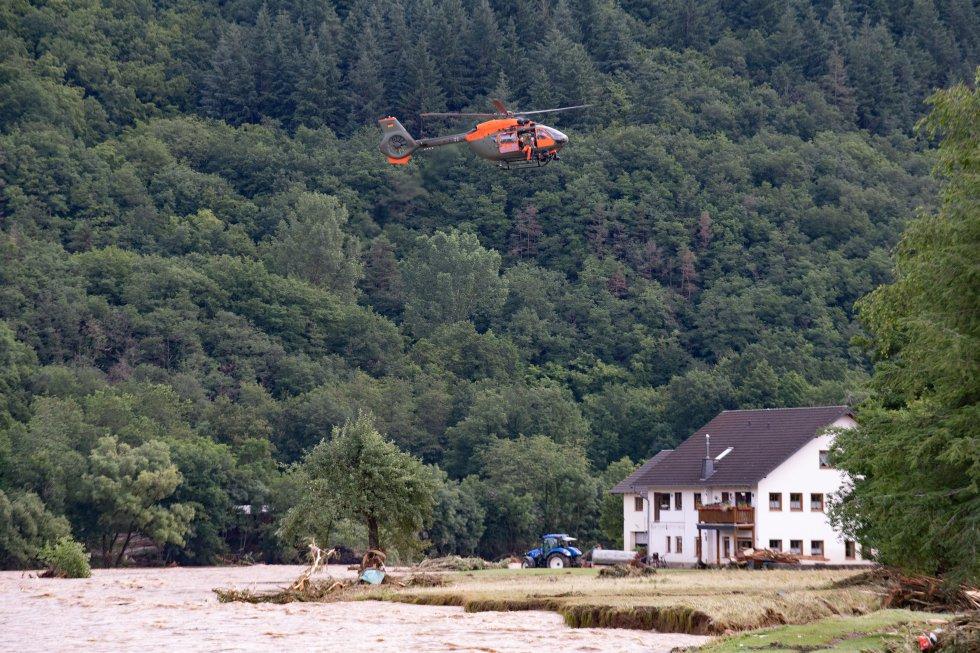 Un helicóptero sobrevolando la zona en busca de gente atrapada