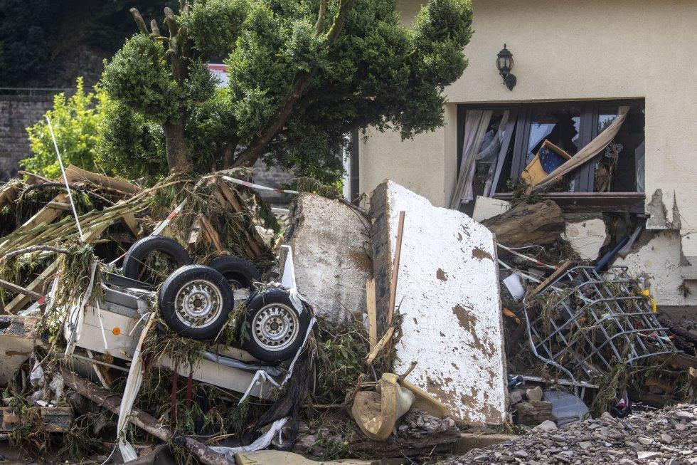 Un remolque volcado y escrombros procedentes de una vivienda