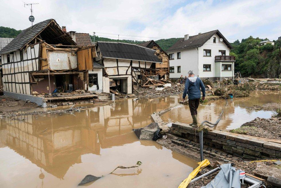 Un hombre observa los restos de su vivienda destrozada en Debris