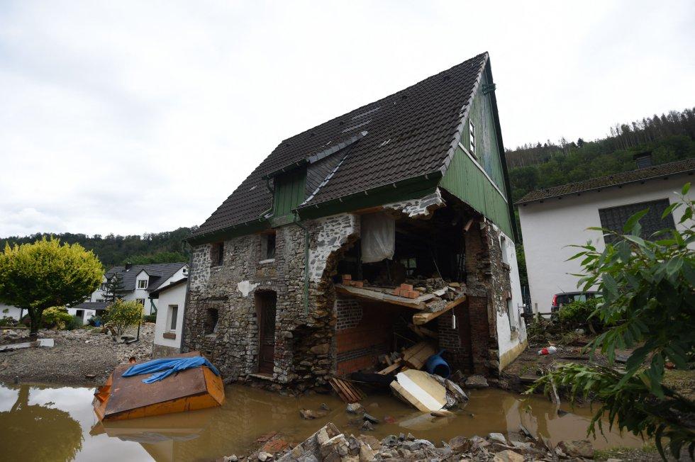 Parte de una vivienda arrasada en el pueblo de Debris