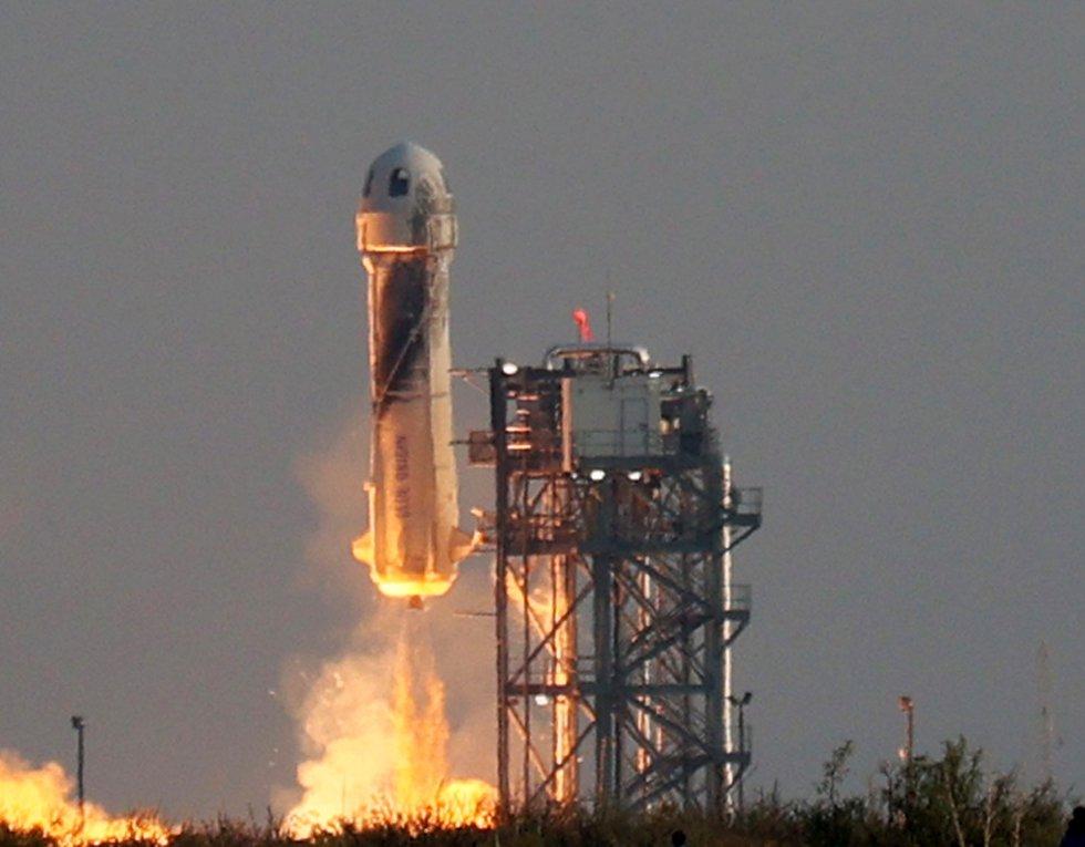 Despegue del primer vuelo turístico realizado al espacio por Jeff Bezos.
