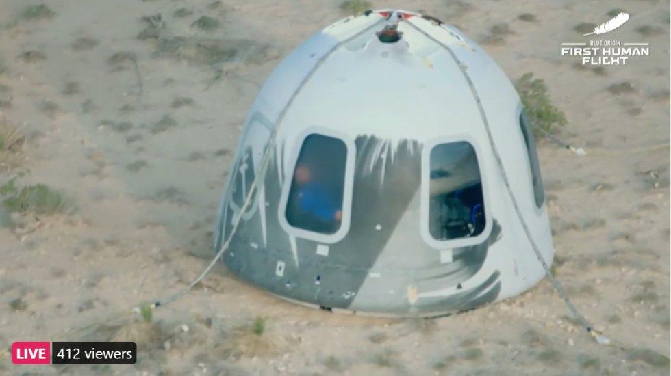 El aterrizaje del primer vuelo turístico realizado al espacio por Jeff Bezos.