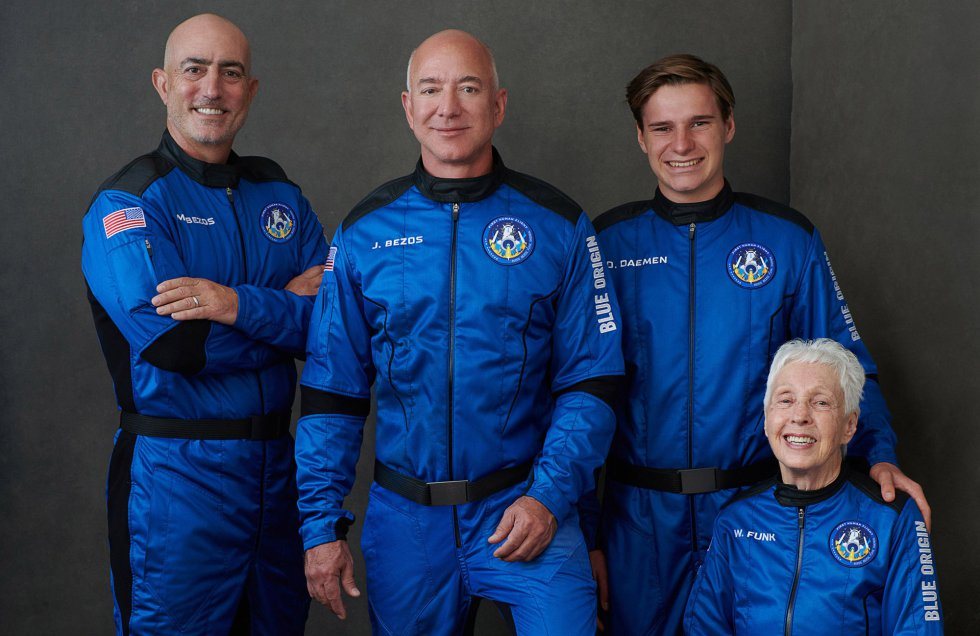 Los tripulantes del primer viaje realizado al espacio. En el centro el fundador de Amazon, Jeff Bezos, a su lado izquierdo su hermano Mark Bezos, y al otro lado Oliver Daemen, el más joven en viajar al espacio con 18 años y debajo Wally Funk, la más mayor en hacerlo, con 82 años.