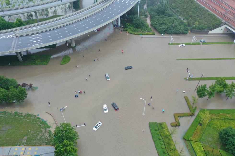 Vista aérea de vehículos bajo las aguasen Zhengzhou (Henan).