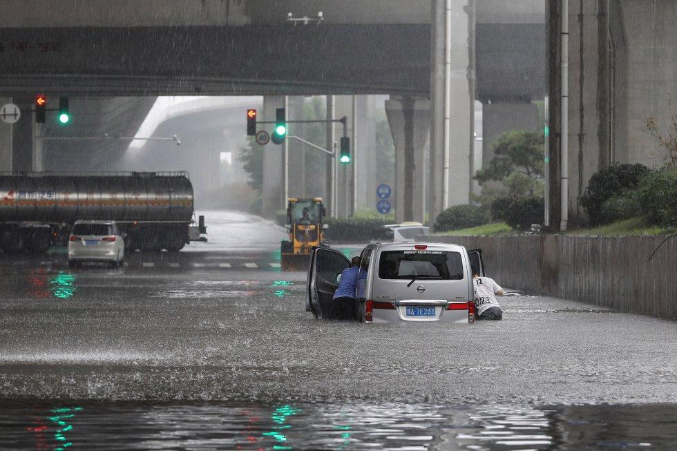 Conductores atrapados por las inundaciones en Zhengzhou.