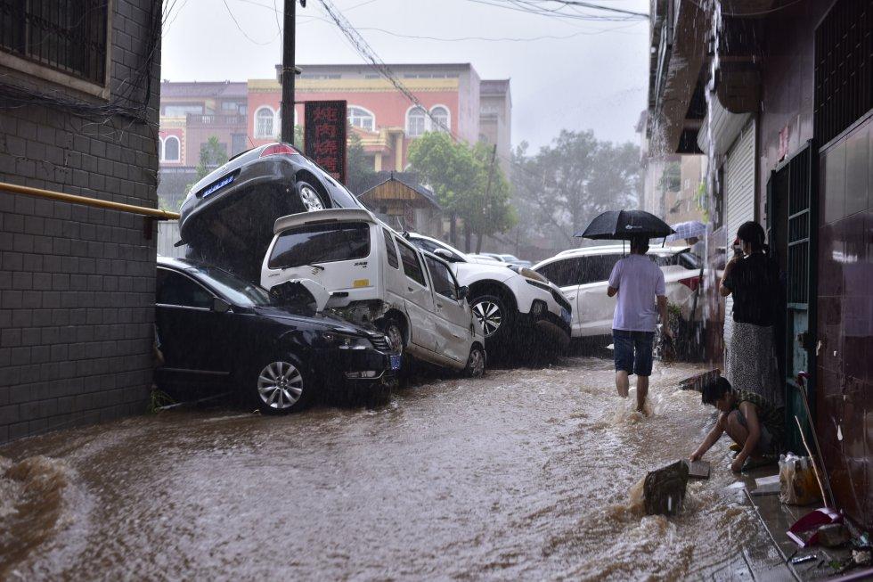 Coches afectados por las riadas en Dengfeng.