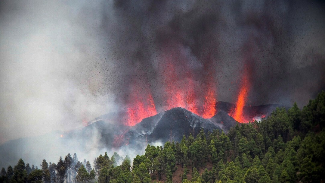 Última hora en directo de la erupción volcánica en La Palma, que eleva su nivel de alerta a rojo
