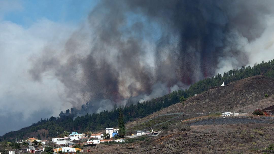 """Pillada por un micro abierto en plena erupción volcánica en La Palma: """"Yo voy a mear"""""""