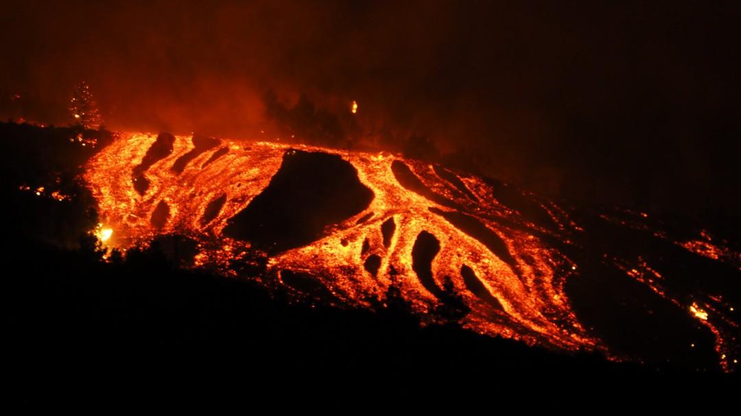 ¿Qué pasa cuando la lava llega al mar? Dos peligros amenazan a la población de La Palma
