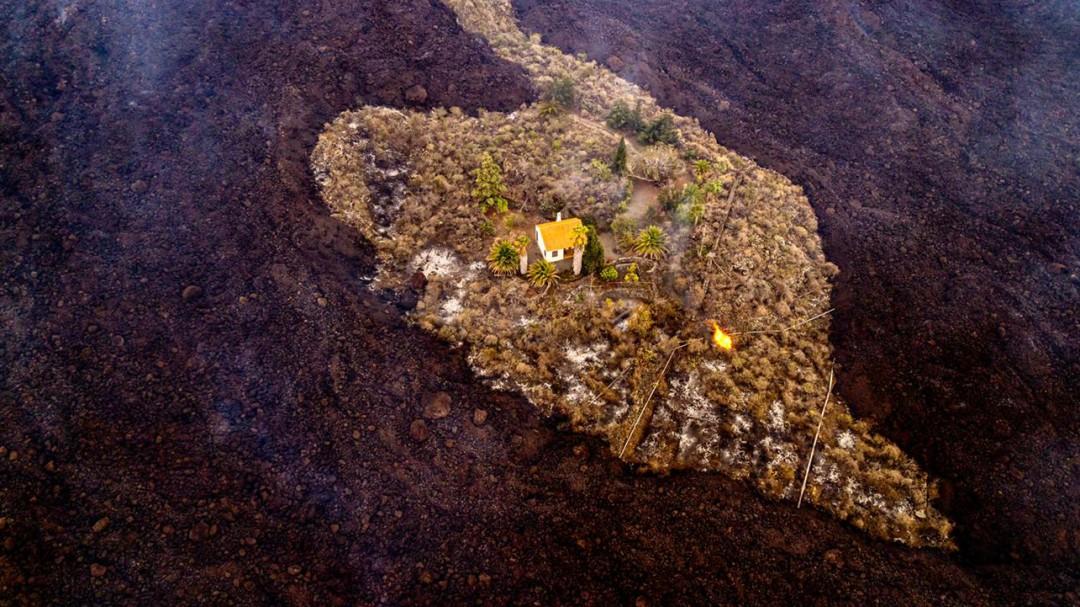 Una casa se salva in extremis de ser engullida por la lava del volcán de La Palma dejando una foto histórica