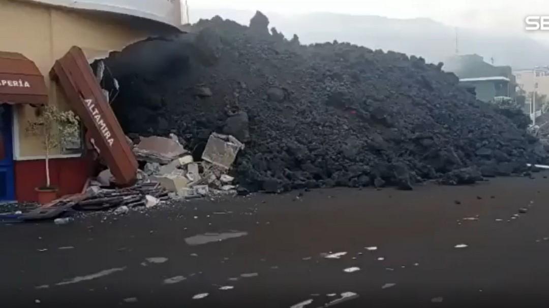 La lava del volcán de La Palma frena su velocidad pero sigue arrasando todo en su avance