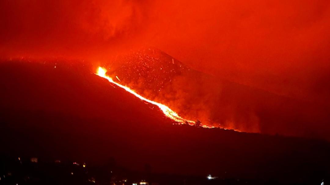 El volcán de La Palma entra en fase explosiva extrema y obliga a evacuar tres barrios de la isla