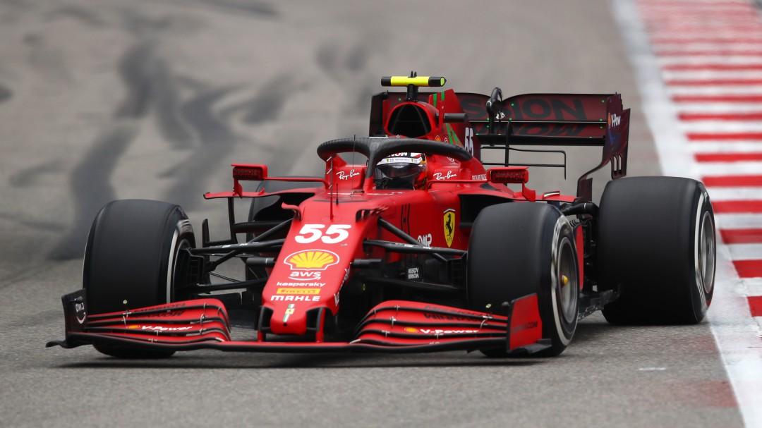Carlos Sainz logra meterse en el podio en la carrera más loca de la temporada