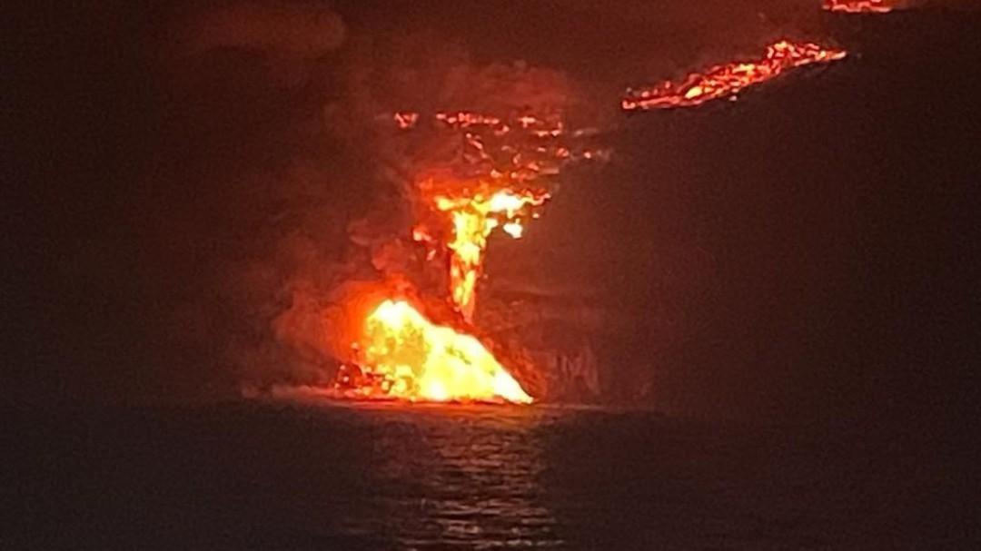 La lava del volcán de La Palma llega al mar tras 10 días de erupción