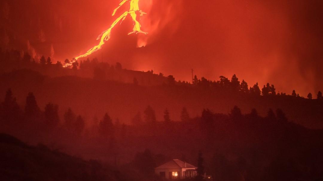 """""""Me encantaría ofrecerles una copia"""": un fotógrafo busca a los dueños de la casa que resiste al volcán"""